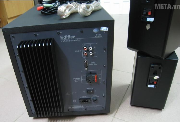 Loa Edifier S530D Digital với ổ cắm phía sau.