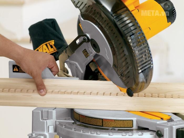 Máy cưa cắt góc đa năng 250mm DeWalt DW713 dễ dàng cắt gỗ ở nhiều góc độ khác nhau.
