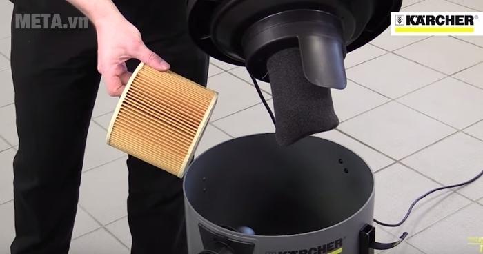 Máy hút bụi khô và ướt Karcher NT 48/1 dễ dàng mở nắp vệ sinh thùng chứa.