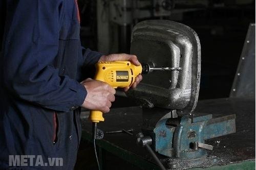 Máy khoan DeWalt DWD014 có đường kính tối đa của mũi khoan sắt là 10mm.