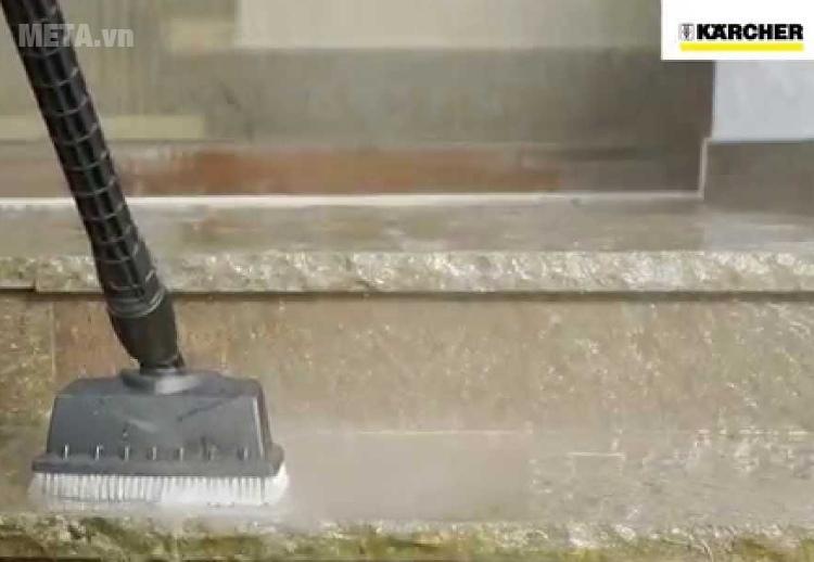 Phụ kiện máy rửa xe Karcher - Đầu chà sàn PS 20 dễ dàng đánh bật các vết bẩn.
