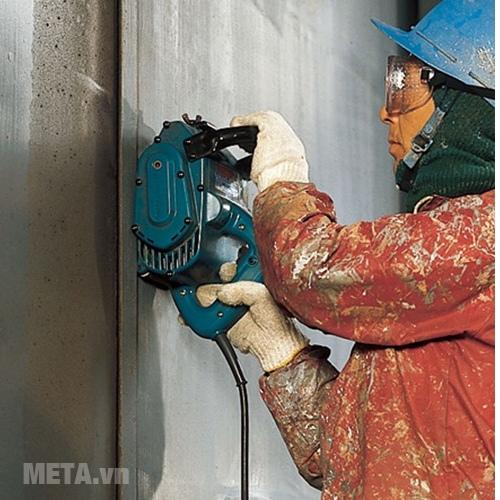 Máy chà nhám Makita 9741 dùng chà nhám tường trước khi sơn.