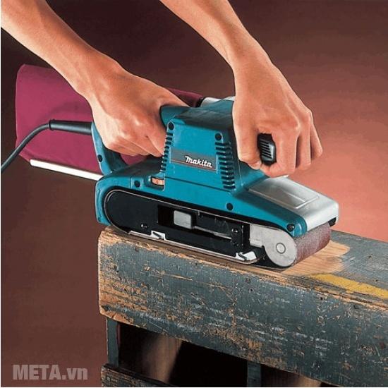 Máy chà nhám băng Makita 9910 dùng chà nhám, đánh bóng, làm sáng những bề mặt bị nhám, tối màu.