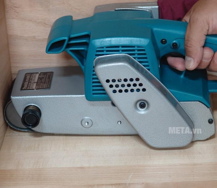 Máy chà nhám băng Makita 9924DB được thiết kế an toàn, phù hợp cho cả người mới sử dụng.
