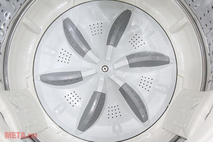 Máy giặt cửa trên 7kg Aqua AQW-U700Z1T có đáy lồng giặt bằng nhựa cao cấp.