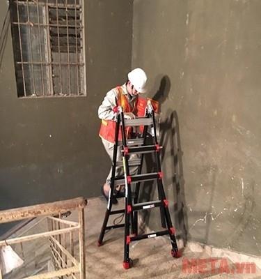 Thang nhôm gấp đa năng Nikawa NKB-46 sử dụng ở cầu thang vẫn rất an toàn.
