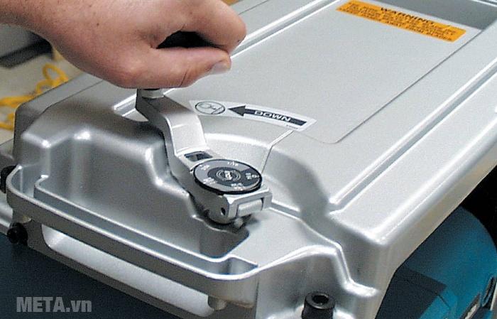 Máy bào bàn Makita 2012NB có đầu máy bằng kim loại cho độ bền cao.