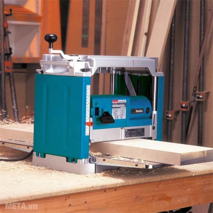 Máy bào bàn Makita 2012NB tự động cuốn nên bào gỗ cực nhanh.