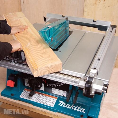 Máy cưa bàn Makita 2704 cưa được gỗ ở góc nghiêng 45 độ và 90 độ.