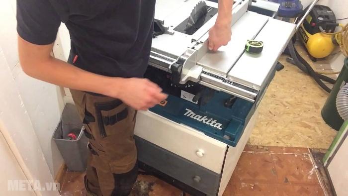 Máy cưa bàn Makita 2704 thiết kế cách điện an toàn.