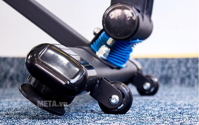 Xe đạp tập thể thao Tiger Sport Premium TGP-550 có 2 bánh xe di chuyển.