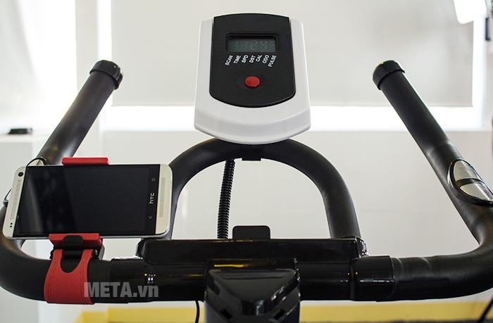 Xe đạp tập thể thao Tiger Sport Premium TGP-550 có đồng hồ hiển thị các kết quả tập luyện.