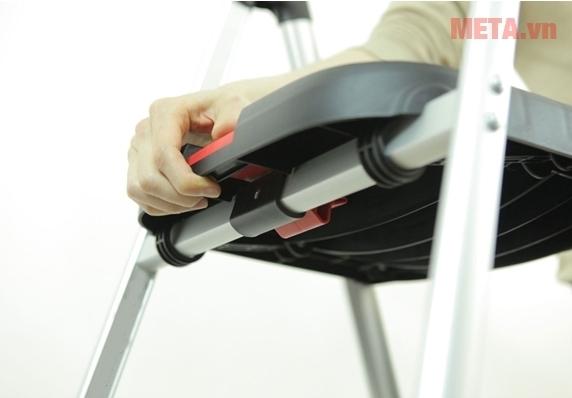 Thang nhôm ghế Hakachi HL-04 với lẫy khóa tự động.