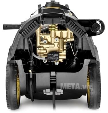 Máy phun rửa cao áp Karcher HD7/18 4M với thiết kế chân đế bánh xe dễ di chuyển.
