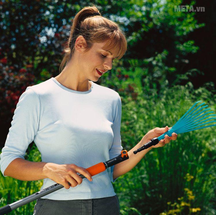 Cán ngắn thay đổi chiều dài 100cm Gardena 03516-20 kết hợp với các dụng cụ làm vườn khác.