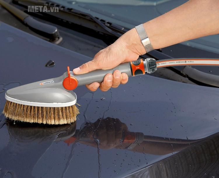 Chổi rửa cầm tay Gardena 5574-20 với đầu lông chải cứng có thể chùi rửa nhanh chóng.