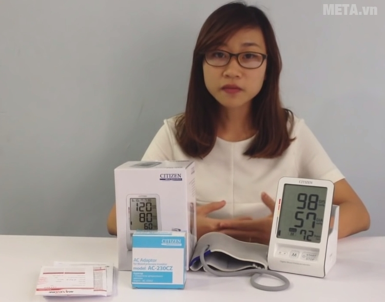 Máy đo huyết áp bắp tay Citizen CH-456 có kèm pin.
