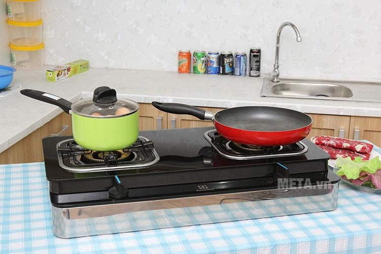 Bếp ga Electrolux ETG729GKTR là dòng bếp ga đôi có hai lò nấu.