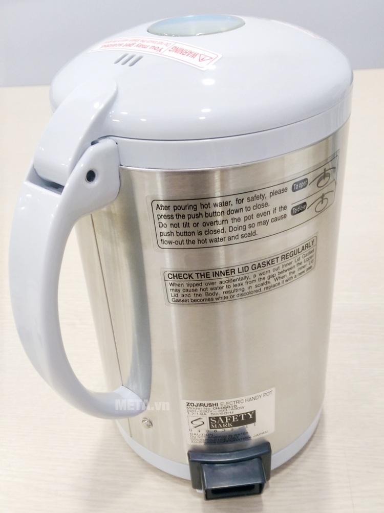 Ấm siêu tốc Zojirushi CH-DSQ10 có tay cầm bằng nhựa.