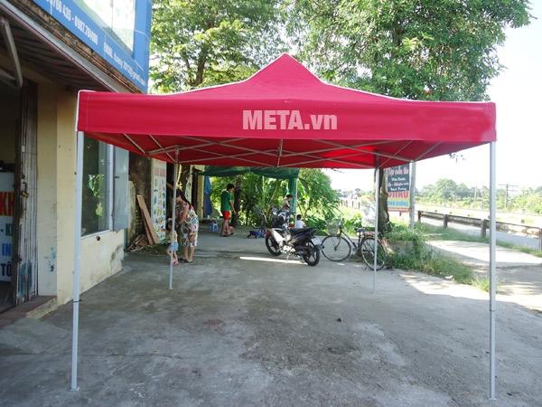 Nhà bạt di động 2m x 2m được nhiều người chọn mua để bán hàng trên vỉa hè.