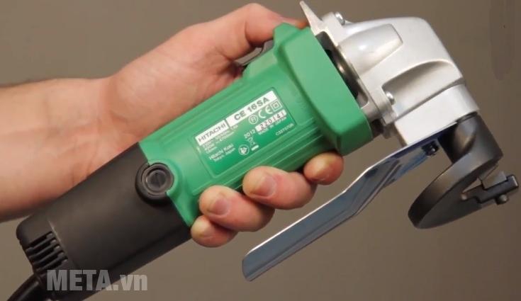 Máy cắt sắt Hitachi CE16SA có thân máy thon gọn, cầm vừa tay.