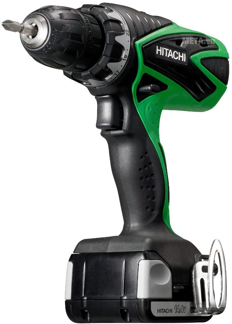 Máy khoan chạy pin Hitachi với tay cầm chống trượt an toàn.