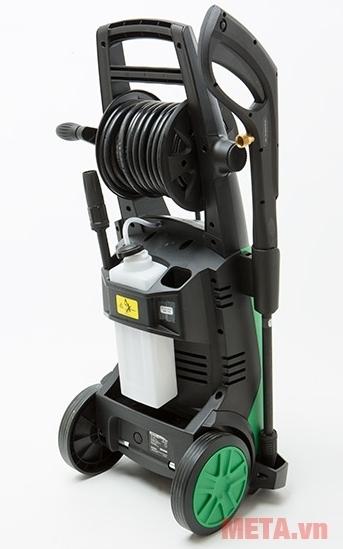 Máy rửa xe Hitachi AW150 di chuyển dễ dàng bằng bánh xe.