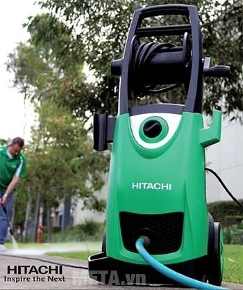 Máy rửa xe Hitachi AW150 giúp xịt rửa sân vườn sạch sẽ.