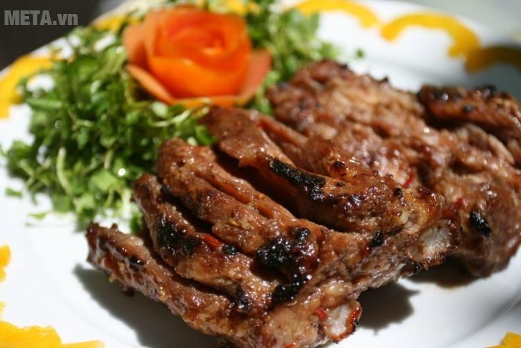 Lò nướng Midea MEO-32AZ25 giúp bạn nướng món thịt heo thật hoàn hảo.