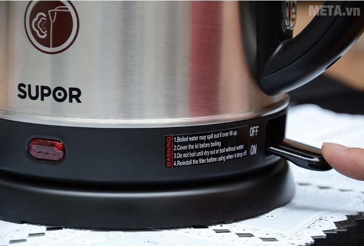 Ấm siêu tốc Supor SWF17P3BVN-180 với thiết kế nắp bình bằng nhựa cách nhiệt.