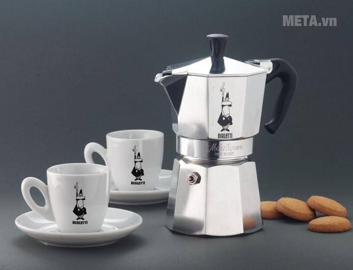 Ấm pha cà phê Bialetti Moka Express 4TZ BCM-1164 đem đến sự sang trọng cho không gian sử dụng.