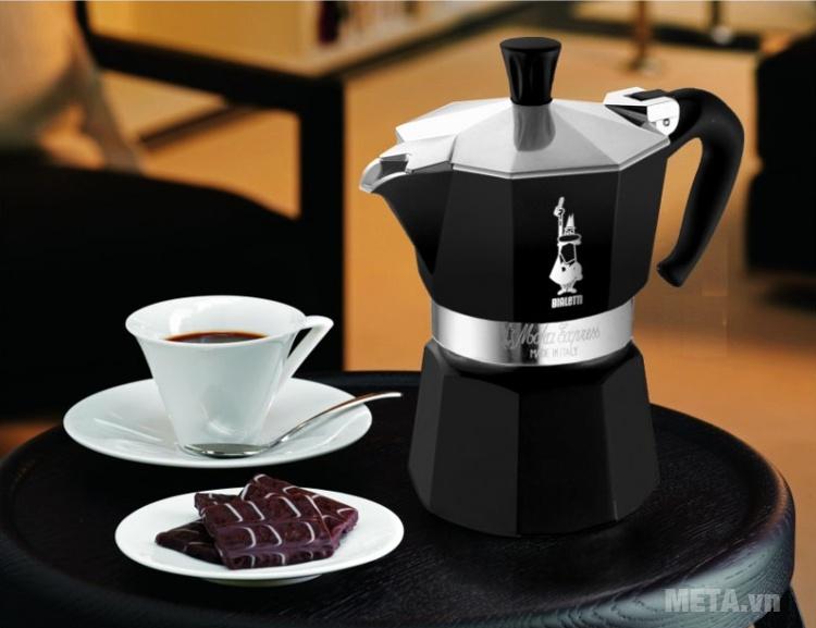 Ấm pha cà phê Bialetti Moka Express 6TZ Black BCM-3753 mang phong cách Pháp đến cho không gian của bạn.