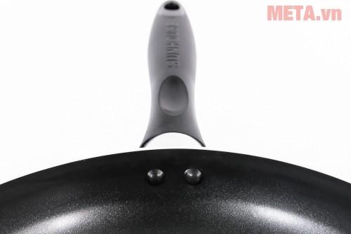 Chảo từ Sunhouse Magnetic Pan SH-M18 thiết kế lỗ treo ở tay cầm.
