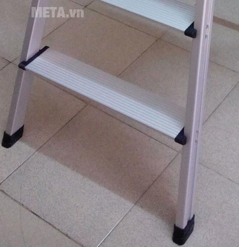 Thang nhôm ghế Nikawa NKP-04 thiết kế bịt chân thang bằng nhựa ABS bền chắc, chống trượt.