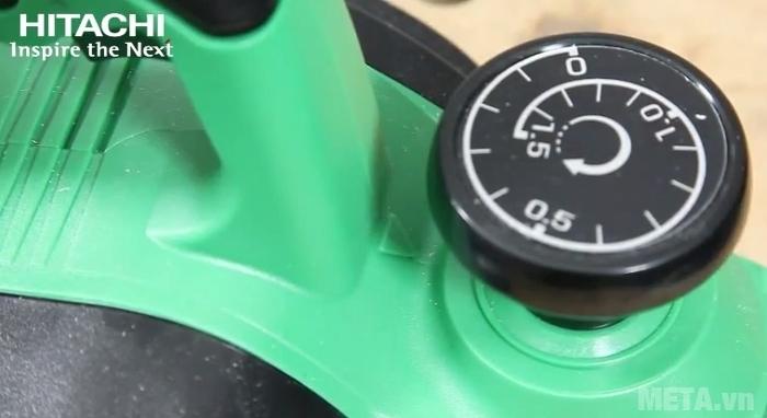 Máy bào 580W Hitachi P20ST điều chỉnh được độ sâu đường bào bằng núm vặn.