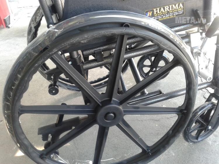 Xe lăn tay Harima W-HA-952LQC-46 thiết kế bánh sau to giúp cân bằng xe tốt hơn.