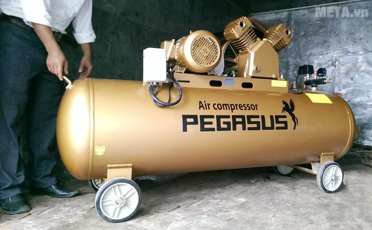 Máy nén khí Pegasus TM-V-0.6/8-330L có bánh xe di chuyển.