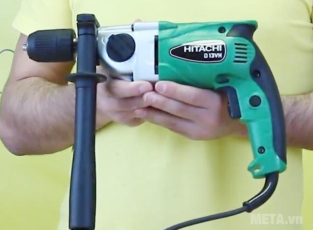 Máy khoan sắt Hitachi D13VH nhỏ gọn cầm dễ dàng.