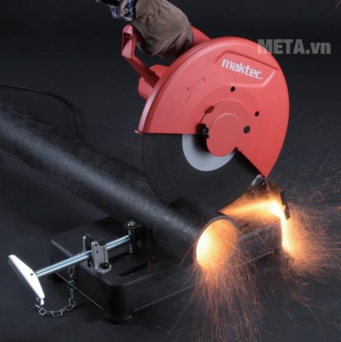 Máy cắt sắt Maktec MT241 hoạt động mạnh mẽ.