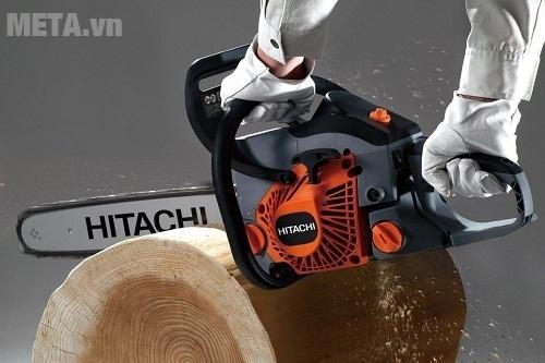 Máy cưa xích Hitachi CS40EA cắt những cây gỗ to dễ dàng.