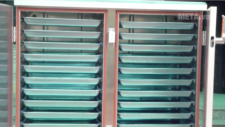 Tủ nấu cơm công nghiệp 24 khay dùng gás TCD-24 với thiết kế khay kệ gọn gàng.