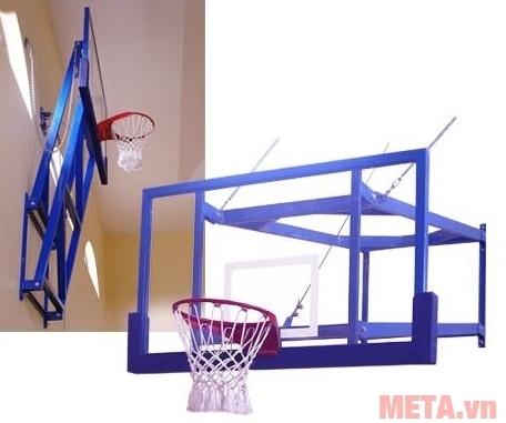 Bảng rổ treo tường thi đấu Vifa Sport 803465 dễ dàng xếp gọn sát vào tường như trong hình.