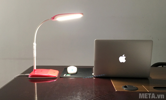 Đèn bàn Led Tiross TS-57 phát ánh sáng đều, liên tục, không nhấp nháy.