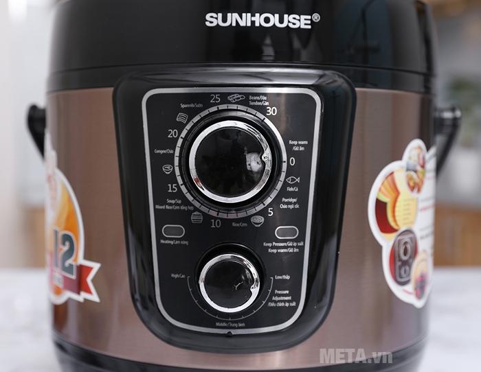 Nồi áp suất điện đa năng Sunhouse SHD1659 chọn chức năng bằng cách vặn xoay núm tròn.