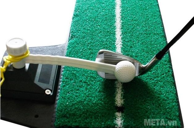 Thảm tập Golf Swing Mat vẽ sẵn đường kẻ màu trắng để định hướng đánh bóng cho người tập.