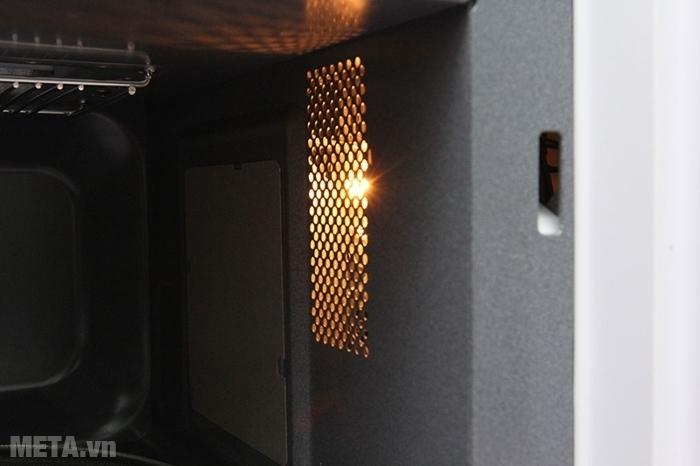 Lò vi sóng nướng điện tử Sharp có nướng R-678VN(W) có đèn sáng khi sử dụng.