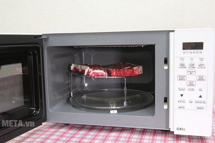 Lò vi sóng nướng điện tử Sharp có nướng R-678VN(W) có chức năng giã đông thịt nguyên miếng.