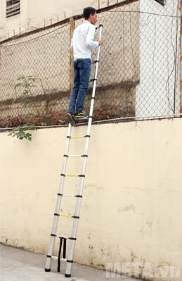 Thang nhôm rút gọn đơn Advindeq ADT212B leo trèo sử dụng rất an toàn.