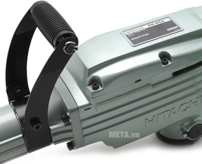 Máy đục bê tông Hitachi PH65A có tay cầm phụ giúp điều khiển mũi đục chính xác hơn.