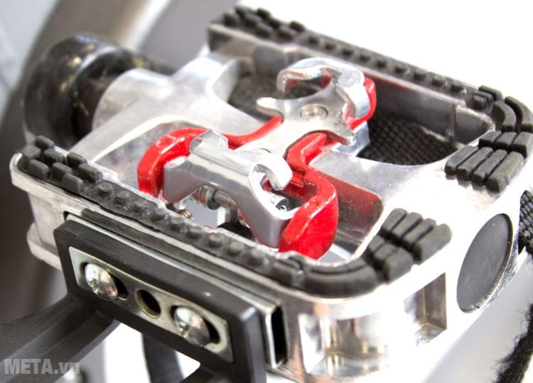 Bàn đạp của xe đạp Impulse PS300 thiết kế có độ ma sát cao.